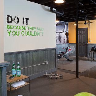 Multifunktionaler, Mittelgroßer Moderner Fitnessraum mit gelber Wandfarbe in Washington, D.C.