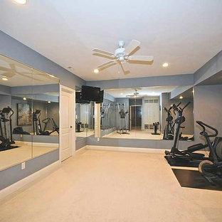 Multifunktionaler, Mittelgroßer Fitnessraum mit blauer Wandfarbe und Teppichboden in Indianapolis