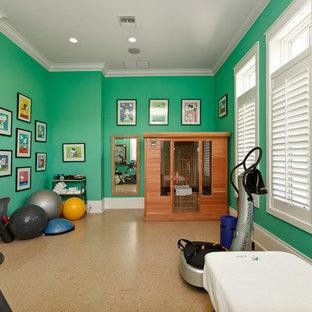 マイアミのトロピカルスタイルのおしゃれなホームジムの写真