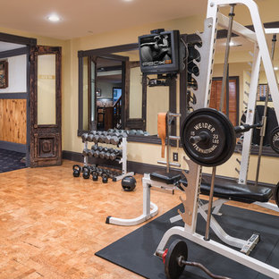 Esempio di una sala pesi chic di medie dimensioni con pareti beige, pavimento in sughero e pavimento marrone