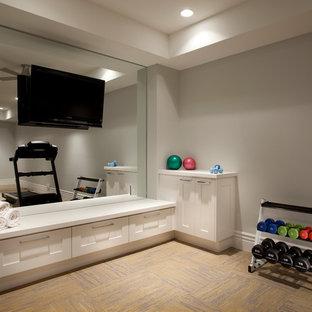 Inspiration för mellanstora klassiska hemmagym med fria vikter, med grå väggar