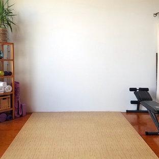 サンフランシスコの中くらいのコンテンポラリースタイルのおしゃれなヨガスタジオ (白い壁、竹フローリング、ベージュの床) の写真
