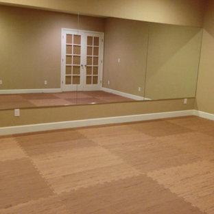Immagine di uno studio yoga moderno di medie dimensioni con pareti beige