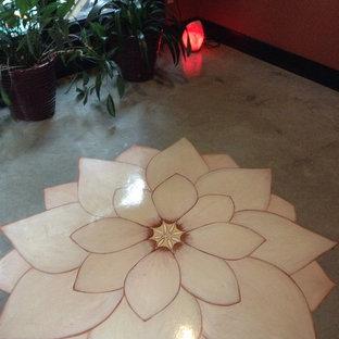 Mittelgroßer Asiatischer Yogaraum mit roter Wandfarbe und Betonboden in Calgary