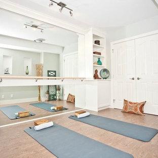 Idéer för orientaliska hemmagym med yogastudio, med vita väggar