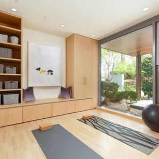 Moderner Yogaraum mit weißer Wandfarbe, hellem Holzboden und beigem Boden in Vancouver