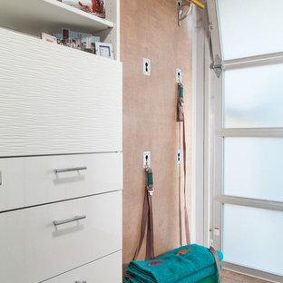 Idee per un piccolo studio yoga minimal con pareti marroni e pavimento in legno massello medio