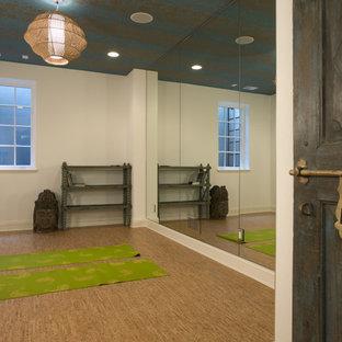 Mediterraner Yogaraum mit weißer Wandfarbe und Korkboden in Minneapolis
