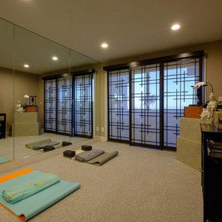 Mittelgroßer Asiatischer Yogaraum mit beiger Wandfarbe, Teppichboden und beigem Boden in Los Angeles