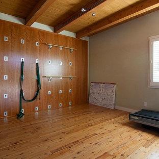 Kleiner Maritimer Yogaraum mit grüner Wandfarbe und hellem Holzboden in San Diego
