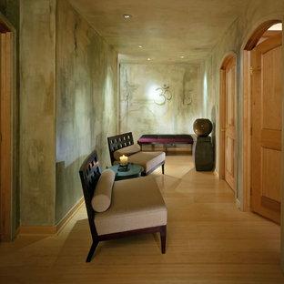 Esempio di un grande studio yoga tradizionale con pareti verdi, pavimento in bambù e pavimento marrone