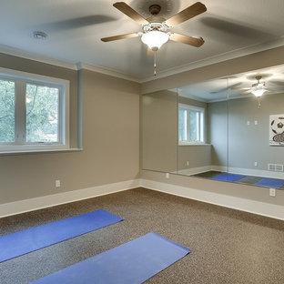 Ispirazione per un grande studio yoga tradizionale con pareti grigie e pavimento in sughero