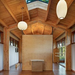 Immagine di un grande studio yoga minimal con pavimento in legno massello medio