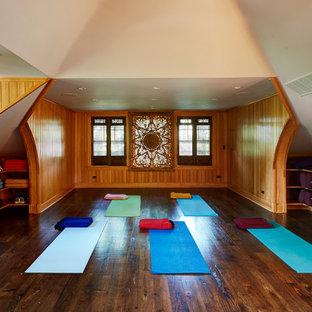 Idee per uno studio yoga etnico di medie dimensioni con parquet scuro, pavimento marrone e pareti marroni
