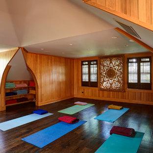 Immagine di uno studio yoga etnico di medie dimensioni con parquet scuro, pavimento marrone e pareti marroni
