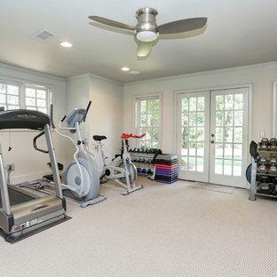 Ispirazione per una sala pesi classica di medie dimensioni con pareti grigie, moquette e pavimento bianco