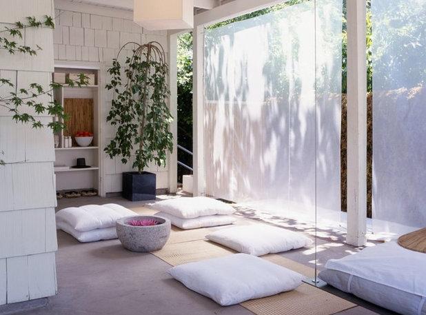 アジアン ホームジム by Rozalynn Woods Interior Design