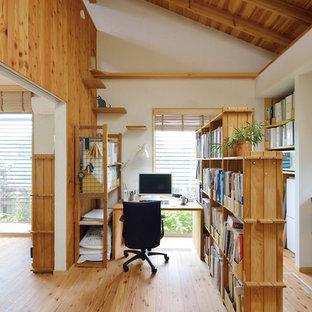 東京都下の小さいラスティックスタイルのおしゃれなホームオフィス・仕事部屋 (白い壁、無垢フローリング、自立型机、茶色い床) の写真