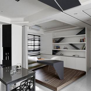 他の地域のモダンスタイルのおしゃれなホームオフィス・書斎 (ライブラリー、黒い壁、セラミックタイルの床、造り付け机、白い床) の写真