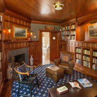Imagen de despacho marinero, de tamaño medio, con paredes marrones, suelo de madera en tonos medios, chimenea tradicional, marco de chimenea de piedra y escritorio independiente
