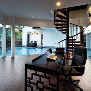 シンガポールのアジアンスタイルのおしゃれなホームオフィス・仕事部屋 (白い壁) の写真