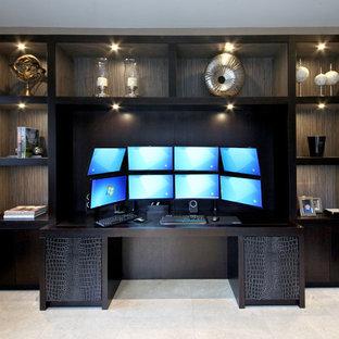 エセックスの大きいコンテンポラリースタイルのおしゃれな書斎 (ベージュの壁、ライムストーンの床、造り付け机、ベージュの床) の写真