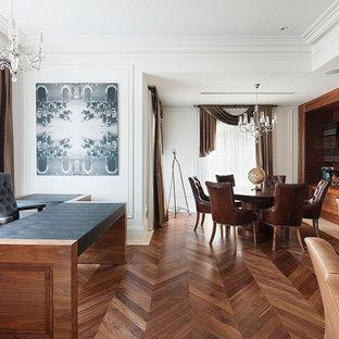 メルボルンのトランジショナルスタイルのおしゃれな書斎 (白い壁、濃色無垢フローリング、自立型机) の写真
