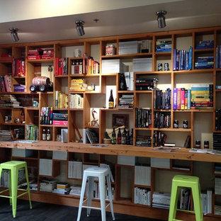 他の地域の巨大なラスティックスタイルのおしゃれなホームオフィス・書斎 (ライブラリー、白い壁、ラミネートの床、造り付け机、グレーの床) の写真