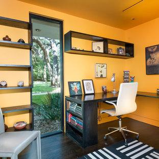Immagine di un ufficio contemporaneo con parquet scuro, scrivania incassata e pavimento marrone