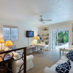 マイアミの中サイズのエクレクティックスタイルのおしゃれな書斎 (白い壁、カーペット敷き、暖炉なし、自立型机、ベージュの床) の写真