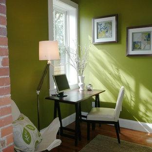ボストンの小さいコンテンポラリースタイルのおしゃれな書斎 (緑の壁、淡色無垢フローリング、自立型机) の写真
