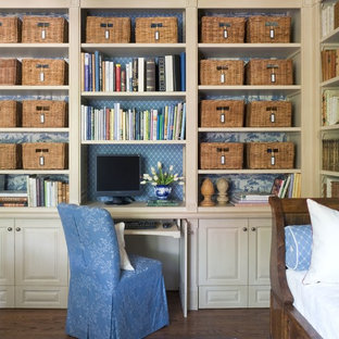 ウィチタのトラディショナルスタイルのおしゃれなホームオフィス・仕事部屋 (造り付け机) の写真