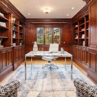 Idéer för att renovera ett vintage arbetsrum, med bruna väggar, mellanmörkt trägolv, ett fristående skrivbord och brunt golv