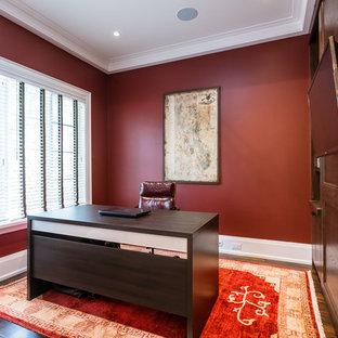 Inspiration för mellanstora klassiska arbetsrum, med röda väggar, laminatgolv, ett fristående skrivbord och brunt golv