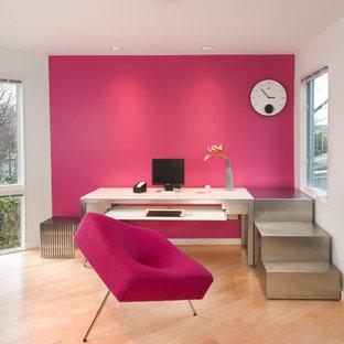 ワシントンD.C.のモダンスタイルのおしゃれなホームオフィス・書斎 (ピンクの壁、自立型机、淡色無垢フローリング、ベージュの床) の写真