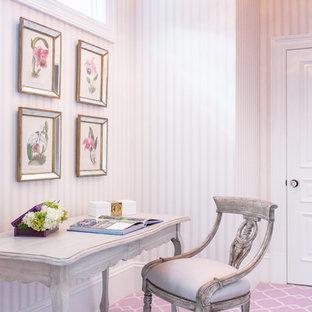 Klassisk inredning av ett mellanstort hemmabibliotek, med lila väggar, heltäckningsmatta, ett fristående skrivbord och lila golv