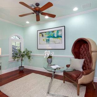 Esempio di un ufficio mediterraneo di medie dimensioni con pareti verdi, pavimento in legno massello medio, nessun camino, scrivania autoportante e pavimento rosso