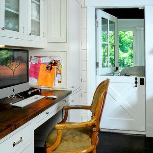 ニューヨークのカントリー風おしゃれなホームオフィス・書斎 (白い壁、濃色無垢フローリング、造り付け机) の写真