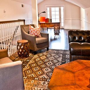 Cette image montre un grand bureau traditionnel de type studio avec un mur blanc, un sol en bois foncé, aucune cheminée et un bureau indépendant.