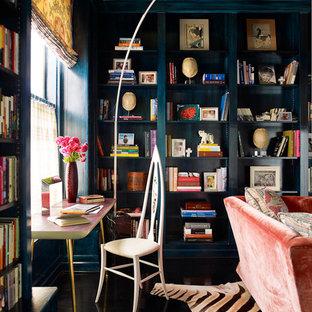Immagine di uno studio bohémian con libreria e pavimento nero