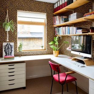 Foto di un ufficio minimalista con pareti multicolore, moquette, nessun camino, scrivania incassata e pavimento beige