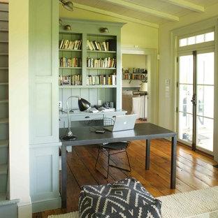 ボストンのカントリー風おしゃれなホームオフィス・書斎 (緑の壁、無垢フローリング、自立型机、茶色い床) の写真