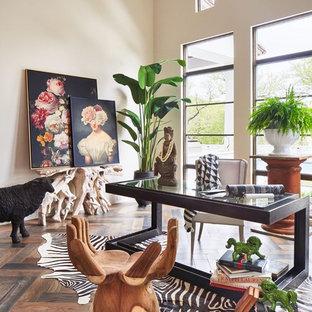 Источник вдохновения для домашнего уюта: кабинет в средиземноморском стиле с бежевыми стенами, темным паркетным полом, отдельно стоящим рабочим столом и коричневым полом