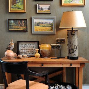 ニューヨークの中サイズのサンタフェスタイルのおしゃれな書斎 (グレーの壁、カーペット敷き、自立型机、暖炉なし、グレーの床) の写真
