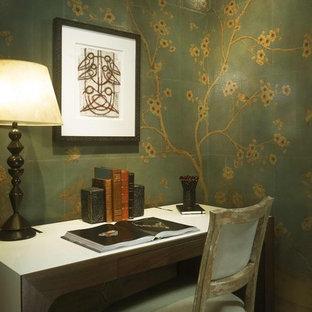シカゴの小さいトランジショナルスタイルのおしゃれな書斎 (緑の壁、濃色無垢フローリング、暖炉なし、自立型机) の写真