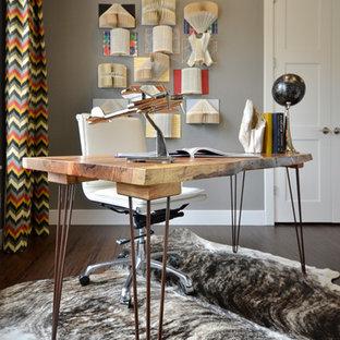 Foto di uno studio contemporaneo di medie dimensioni con pareti grigie, pavimento in bambù, nessun camino e scrivania autoportante