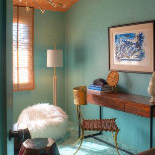 Eklektisk inredning av ett arbetsrum, med blå väggar, ett fristående skrivbord och turkost golv