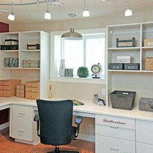 他の地域の中サイズのトラディショナルスタイルのおしゃれなホームオフィス・書斎 (赤い壁、竹フローリング、暖炉なし、造り付け机) の写真