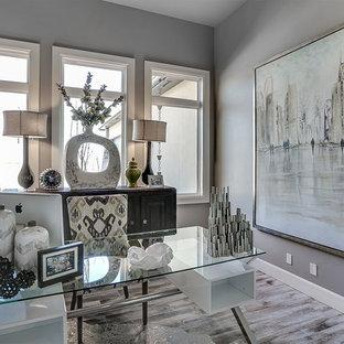 Foto di un ufficio design di medie dimensioni con pareti grigie, pavimento in gres porcellanato, nessun camino e scrivania autoportante