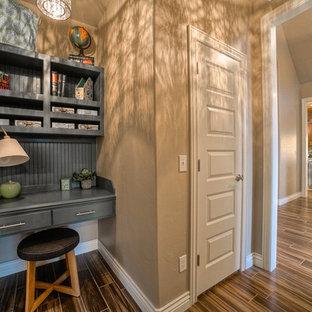 На фото: маленький кабинет в стиле современная классика с бежевыми стенами и полом из винила
